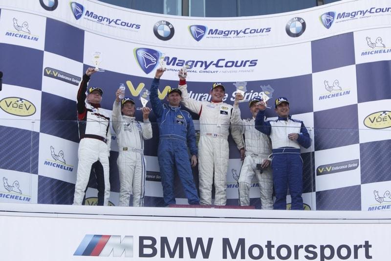 Podium d'arrivée de la course Porsche Ferdinand Cup sur le circuit de Nevers Magny Cours 1° :Thierry Hamon et Stéphane Enout
