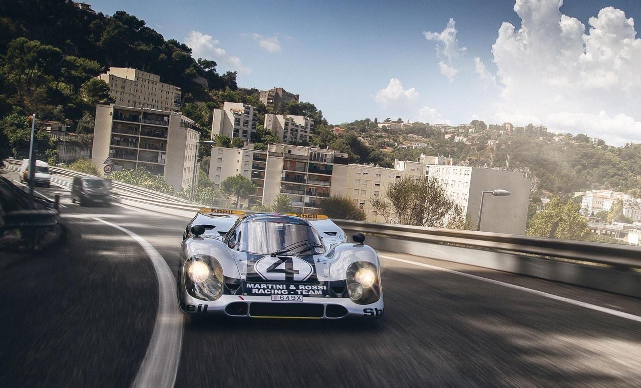 Une Porsche 917 sur la route