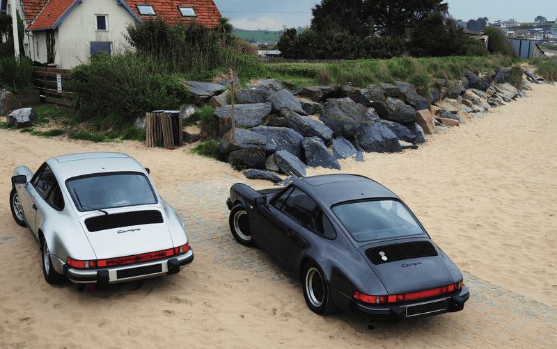 Porsche 911 Carrera 3.2 à boîte 915 gris clair et boîte G50 gris foncé en bord de mer