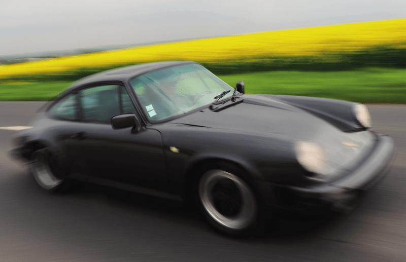 Porsche 911 Carrera 3.2 à boîte G50 gros foncé en accélération