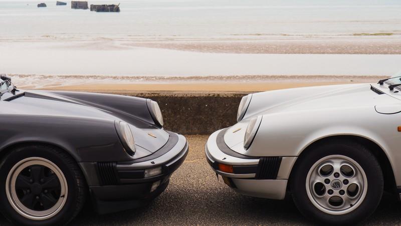 une Porsche 911 3.2 gris clair et une gris foncé face à face