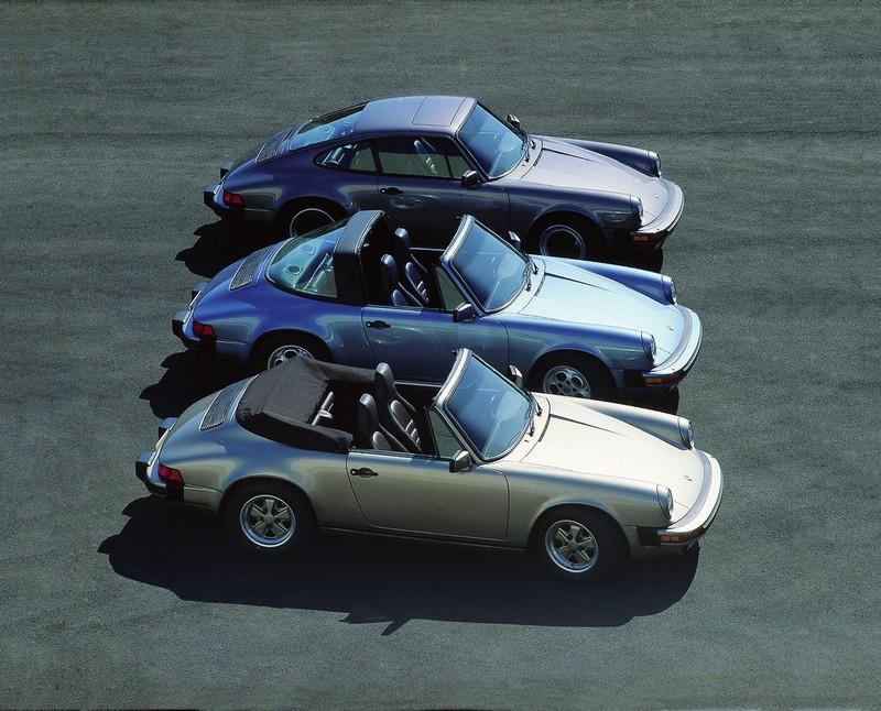 3 Porsche 911 3.2 : un cabriolet gris, un targa bleu clair métallisé et un coupé bleu violet