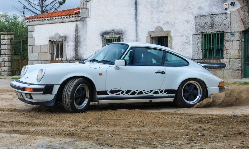 Porsche Carrera 3,2l blanche avec ses antibrouillards caractéristiques