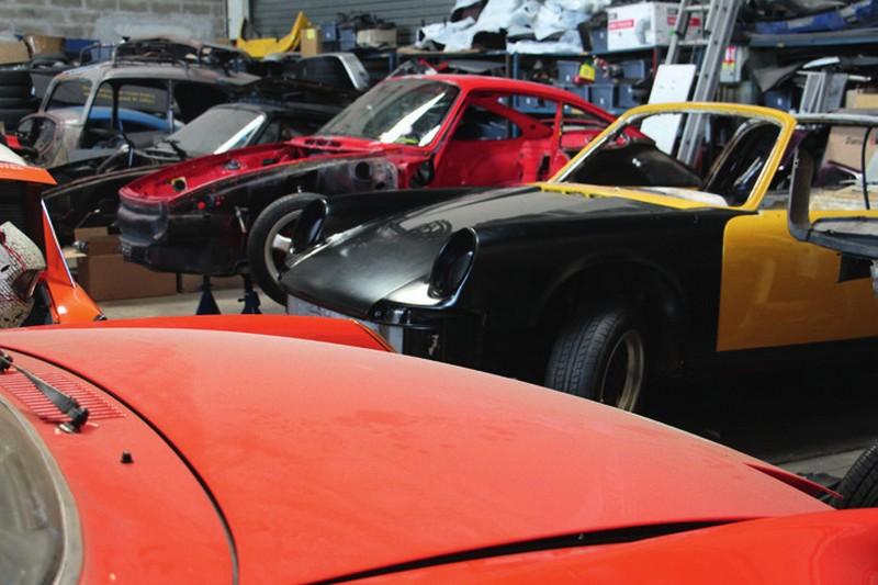 Notre 964 RS au milieu de l'atelier d'un spécialiste Porsche