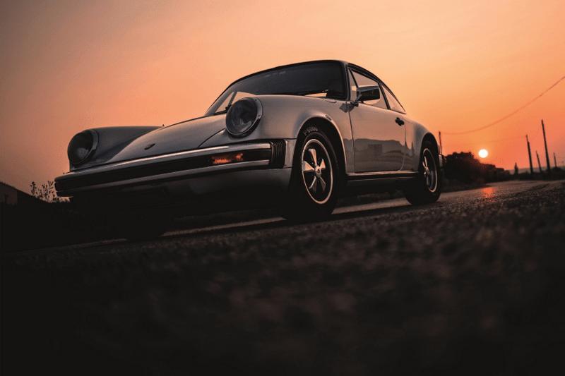 Belle photo de 911 Carrera 2,7l avec le coucher du soleil
