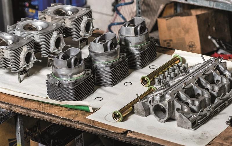 cylindres et culasses de la Porsche 964 RS sur l'établi
