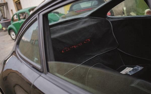 compartiment arrière dépouillé d'une vraie 964 RS