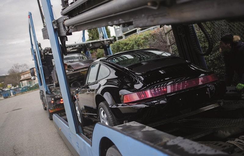 La 964 RS chargée dans le camion de transport de véhicules