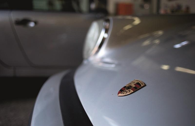 écusson Porsche sur le capot avant
