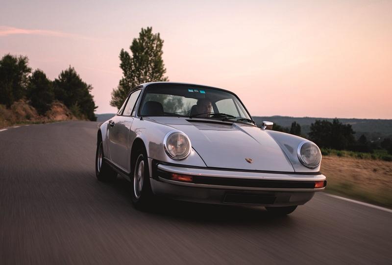 911 Carrera 2,7l grise vue de devant avec ses cerclages de phares chromés